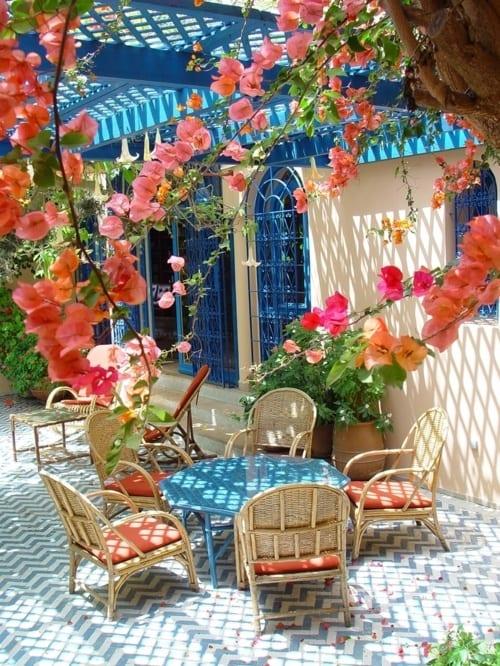 terrasse beschattung aus holz in blau und terrasse ideen für zick zack bodenmuster in blau und weiß aus pflastern
