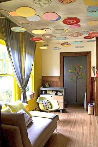 babyzimmer wandgestaltung mit holzverkleidung und wandfarbe gelb