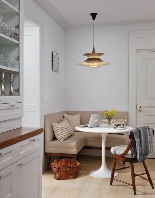 kleine küche mit sitzecke küche in beige und runder esstisch weiß