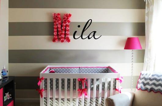 wandstreifen muster in grau und weiß für wandgestaltung babyzimmer mädchen