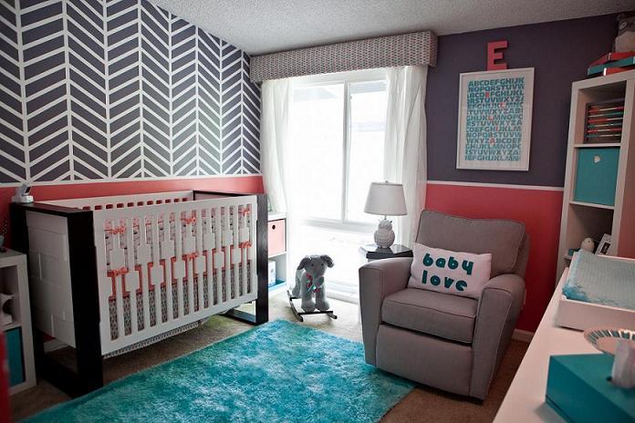 wandmuster streichen im babyzimmer und gestaltung mit blauem teppich und polstersessel grau