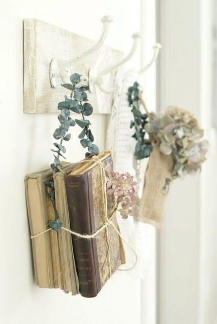 DIY Wanddeko rustikal mit alten Büchern