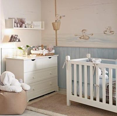 babyzimmer dekorieren mit tapete und weißen wandregalen