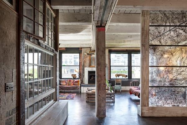 rustikales Interior design idee mit weiß gestrichenem Sichtbeton