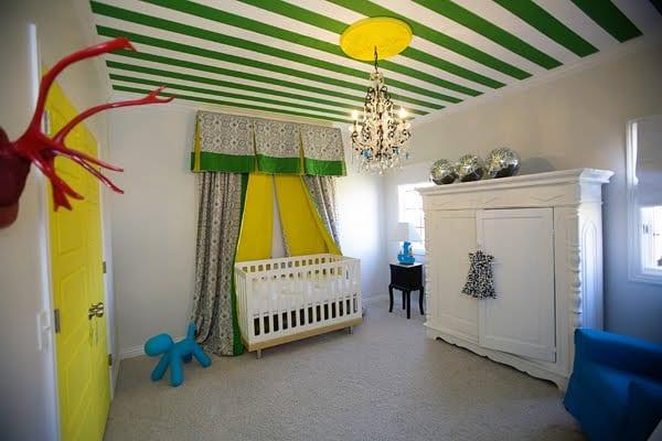 babyzimmer schrank weiß und sessel blau für frische babyzimmereinrichtung