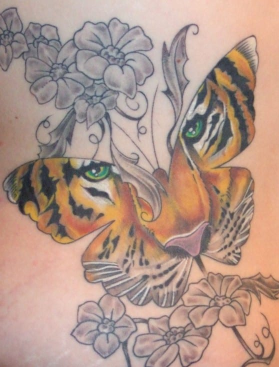 interessante tattoo idee mit tigerkopf als schmetterling tattoo