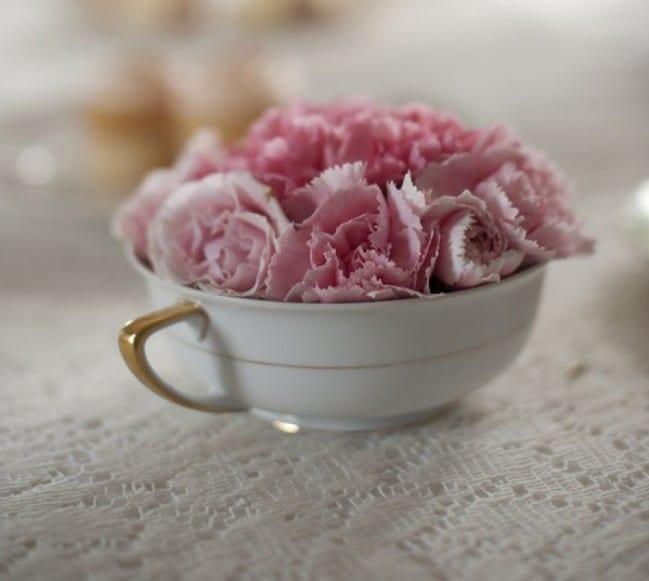 romantische tischdeko frühling mit porzellantasse und nelken