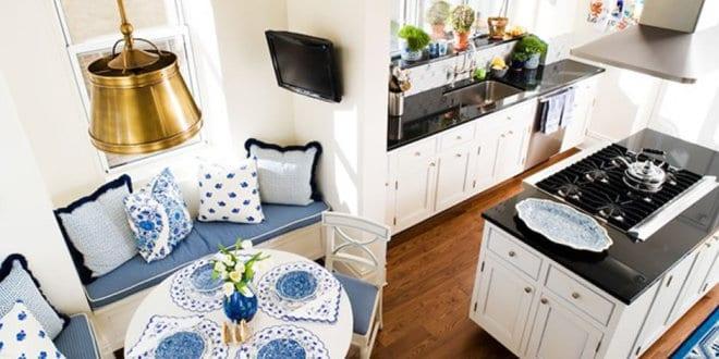 elegante sitzecke k che in wei mit wei em esstisch rund und blauen kissen und tisch set freshouse. Black Bedroom Furniture Sets. Home Design Ideas