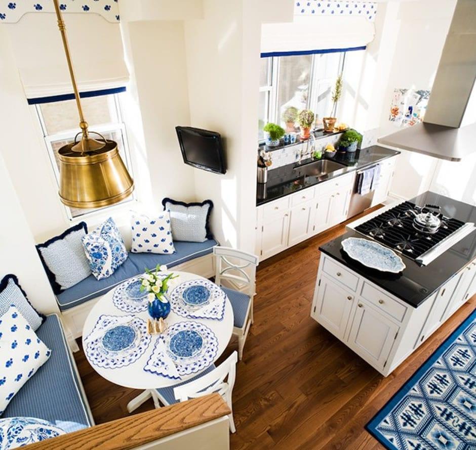 farbgestaltung küche in weiß und blau mit fenster dekoration und teppich blau und weiß_kochinsel weiß und holzboden