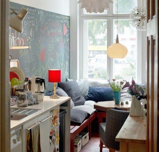 DIY sitzecke küche aus holz mit blauen kissen und kleinem esstisch aus holz