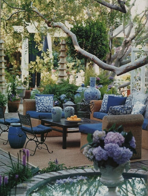 terrasse garten gestalten mit teppich und gartenmöbel aus rattan mit blauen sitzkissen