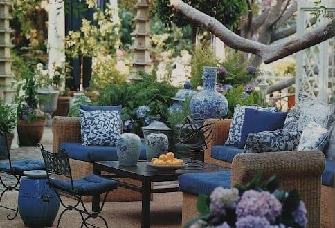 fantastische gartengestaltung mit terrassenm bel rattan und blauen sitzmatten freshouse. Black Bedroom Furniture Sets. Home Design Ideas
