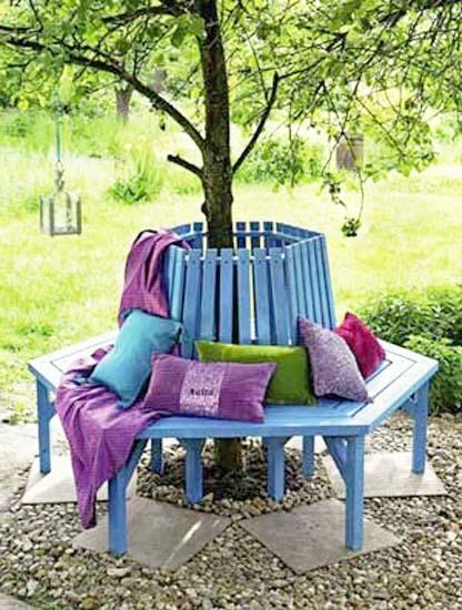 DIY gartenbank rund mit kissen in blau und lila