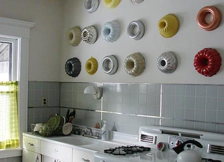 farbige k chenwandgestaltung mit runden backformen an wei er wand freshouse. Black Bedroom Furniture Sets. Home Design Ideas
