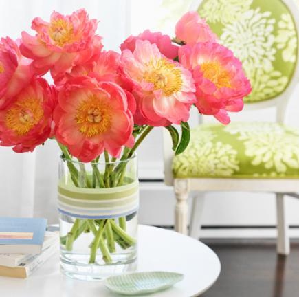 tischdeko grühling mit rosafarbigen blumen