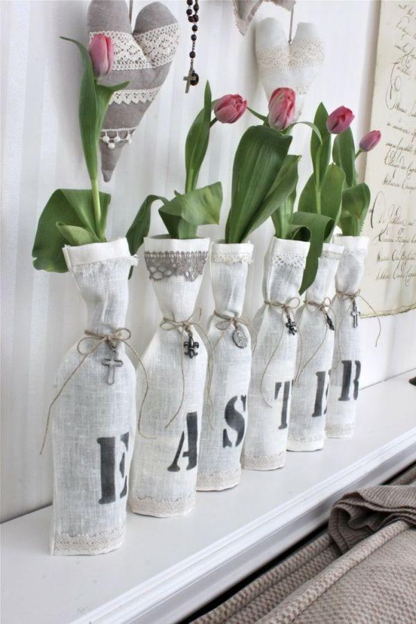 sideboard dekorieren für ostern in weiß und grau mit tulpen und polsterherzen als wanddeko