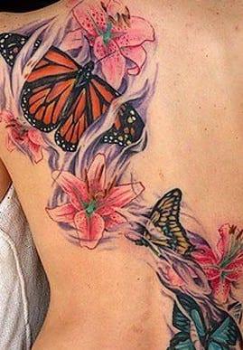 rücken tattoo schmetterling mit blumen