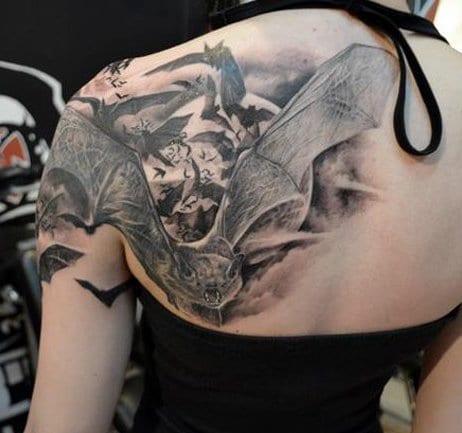 rücken tattoo ideen mit fliedermäusern