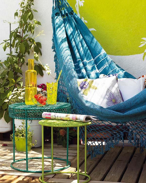 balkon ideen mit holzboden und hängematte in blau