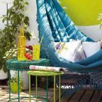balkongestaltung für den sommer mit grellen farben