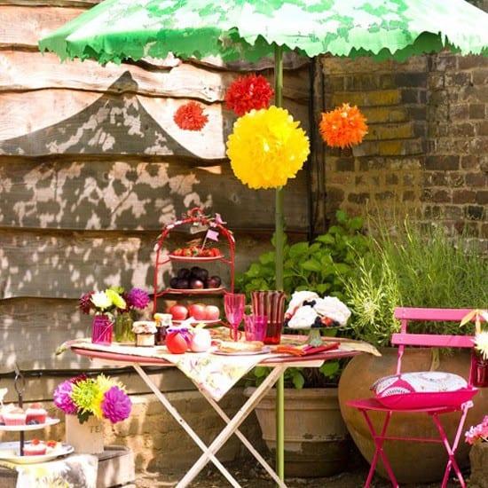 coole Gartengestaltung mit Sonnenschirm mit blättermuster für beschattung