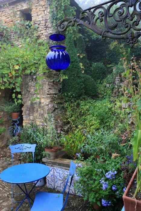 fantastische Gartengestaltung mit Glaslaterne blau und blauen Gartenmöbeln aus Metall