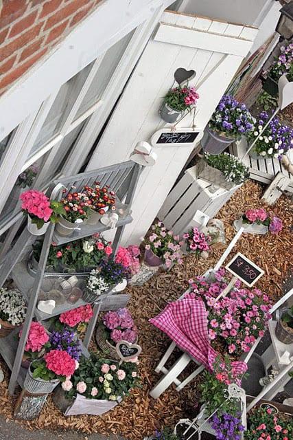 Gartendeko mit Blumen und DIY Blumenständer grau