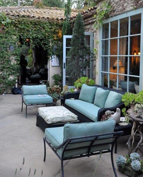 garten terrasse gestalten mit schwarzen terrassenmöbeln und kletterpflanzen