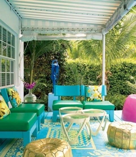 terrasse gestalten mit teppich blau und holzmöbeln in grün und blau mit terrassenbeschattung aus Markise