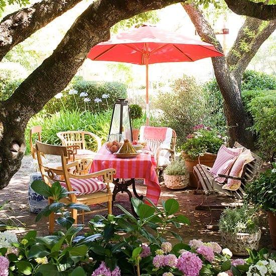 schöne gartenideen für bunte gartengestaltung mit sonnenschirm pink
