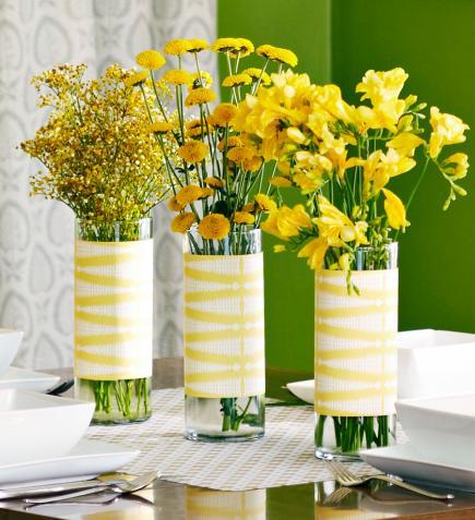 tisch eindecken mit gelben frühlingsblumen