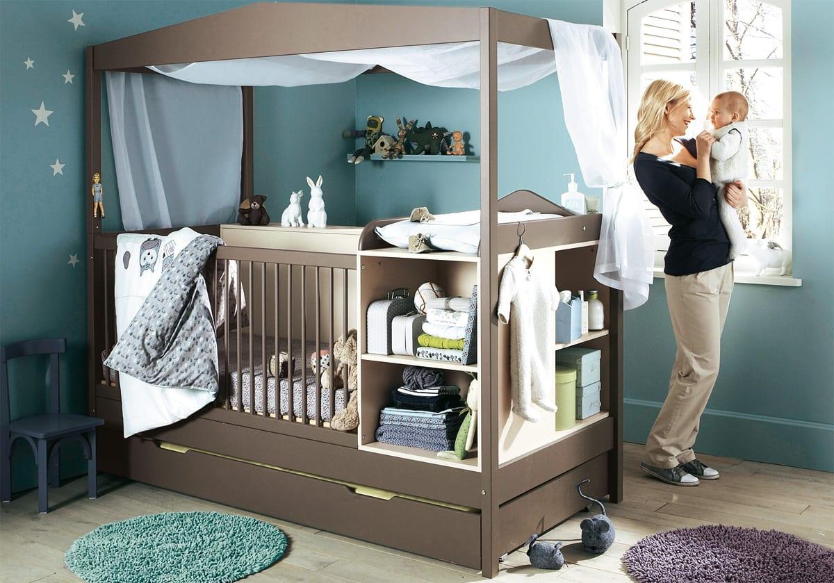 farbgestaltung babyzimmer mit wandfarbe blau und gitterbett braun mit integriertem wickeltisch