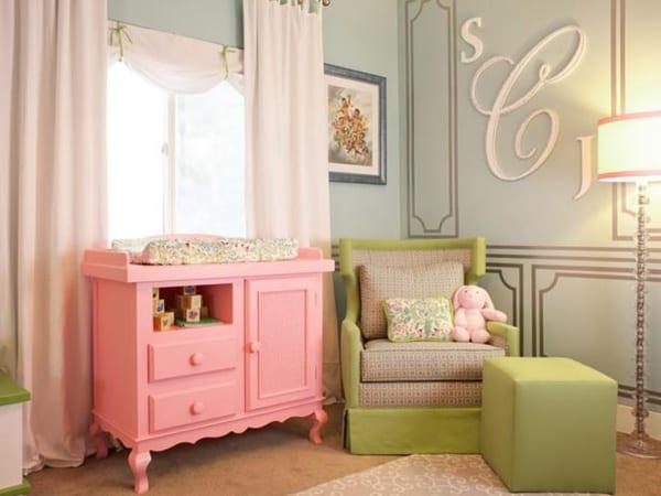 mädchen babyzimmer grün einrichten mit wandfarbe grün und wickeltisch und gardinen in rosa