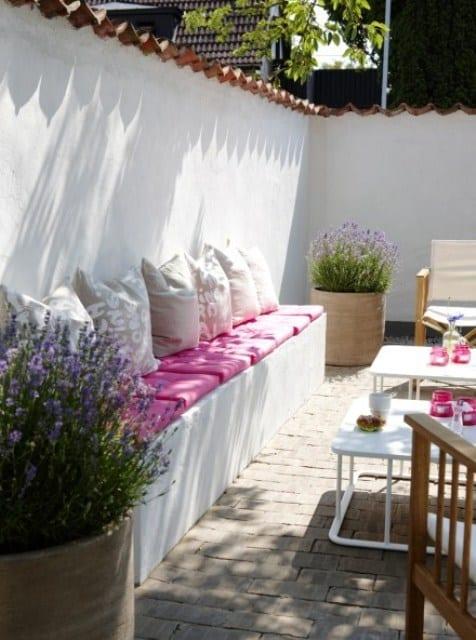 hofgarten gestalten mit ausgemauerter Sitzecke mit rosafarbigen sitzkissen und Dekokissen beige