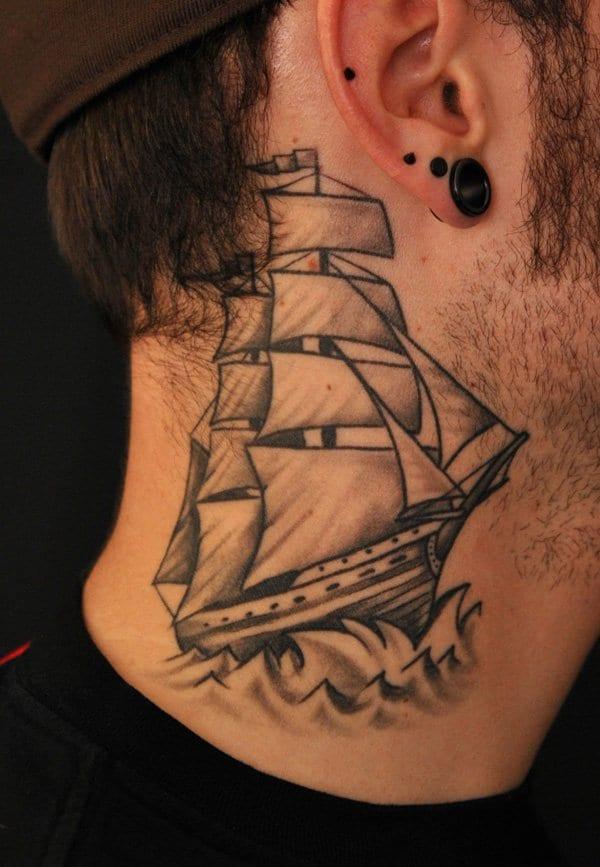 tattoo ideen mann mit tattoo schiff am hals