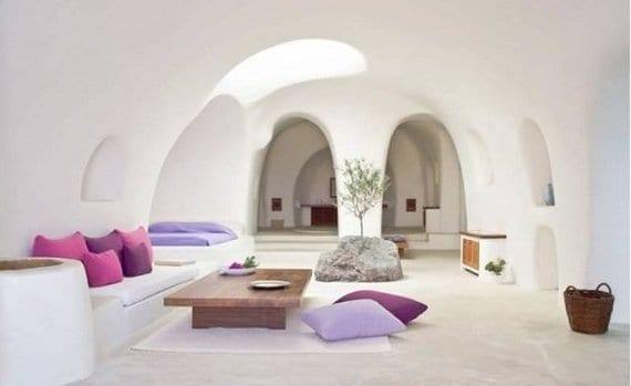 cooles interior in weiß mit gewölbten durchgängen und oberlicht und couchtisch holz