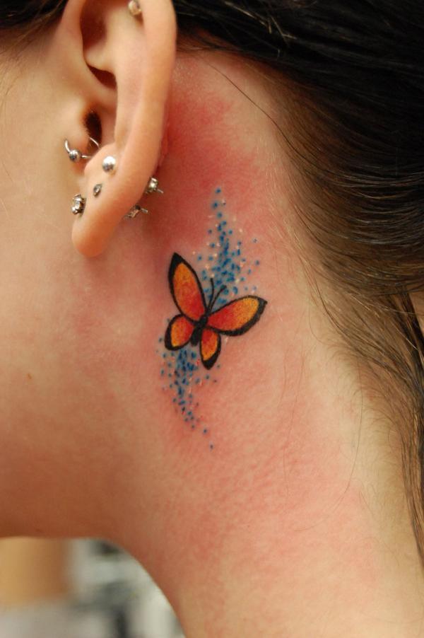 farbige schmetterling tattoo idee für den hals
