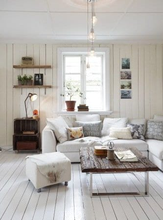 weiße wände mit holzverkleidung und holzbodenbelag für weißs interior mit eckpolstersofa und moderner couchtisch holz
