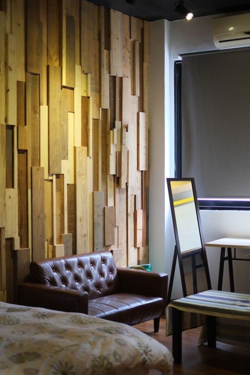 stylisches wohnzimmer idee mit ledersofa braun und coole wanddeko mit Holzbrettern