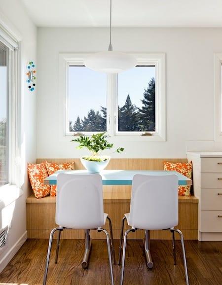 küche weiß mit sitzecke küche aus holz und esstisch blau