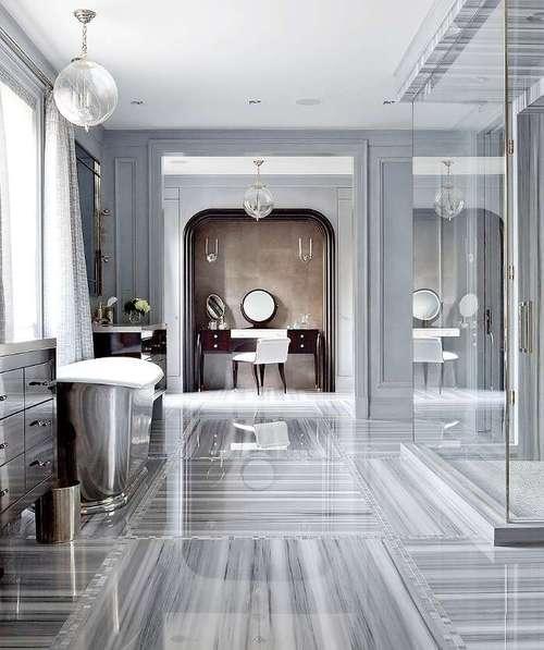 Moderne Badezimmer Mit Bodenbelag Aus Marmor Und Freistehender Badewanne  Aus Metall