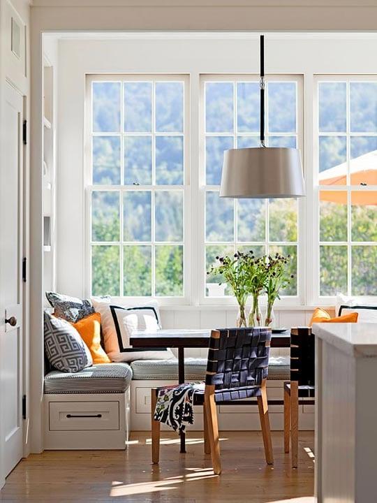 kleine küche modern mit weißer sitzecke küche und moderne Holzstühlen