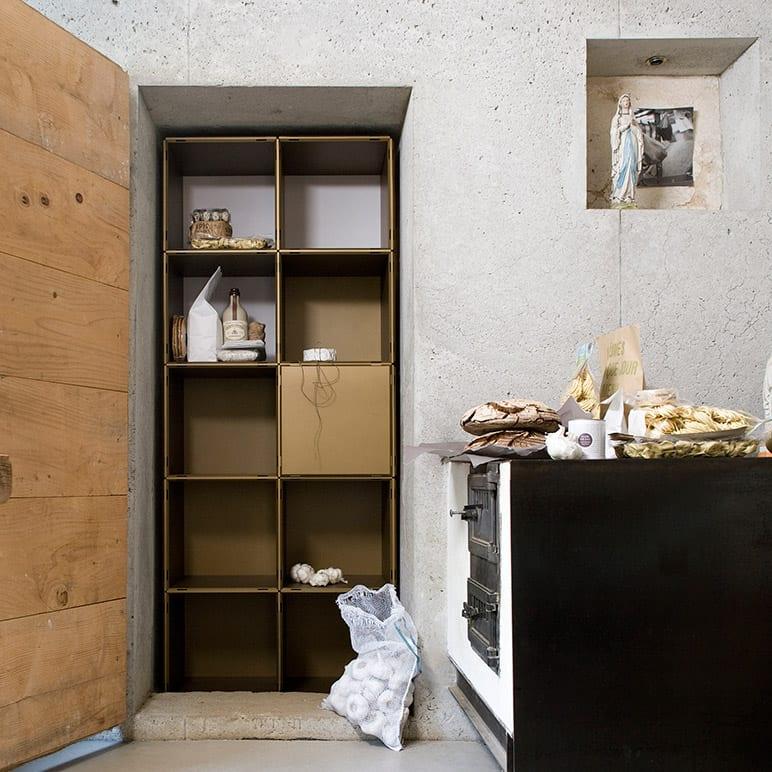 küche mit betonwänden und Laggerraum mit Regalsystem Lager