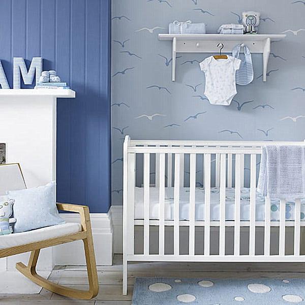 gitterbett weiß und teppich babyzimmer blau mit weißen punkten für gestaltung babyzimmer jungen