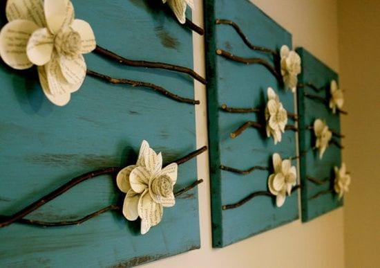 ideen für wandgestaltung mit blauen holzplatten und papierblumen