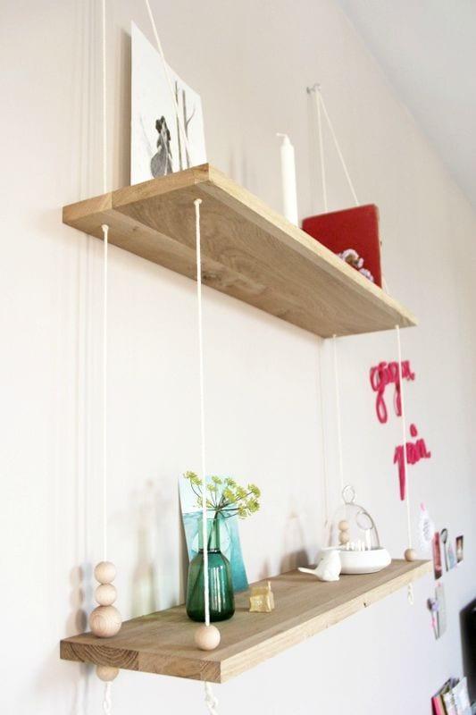 schlafzimmer wandgestaltung mit hängendem wandregal aus holzplatten