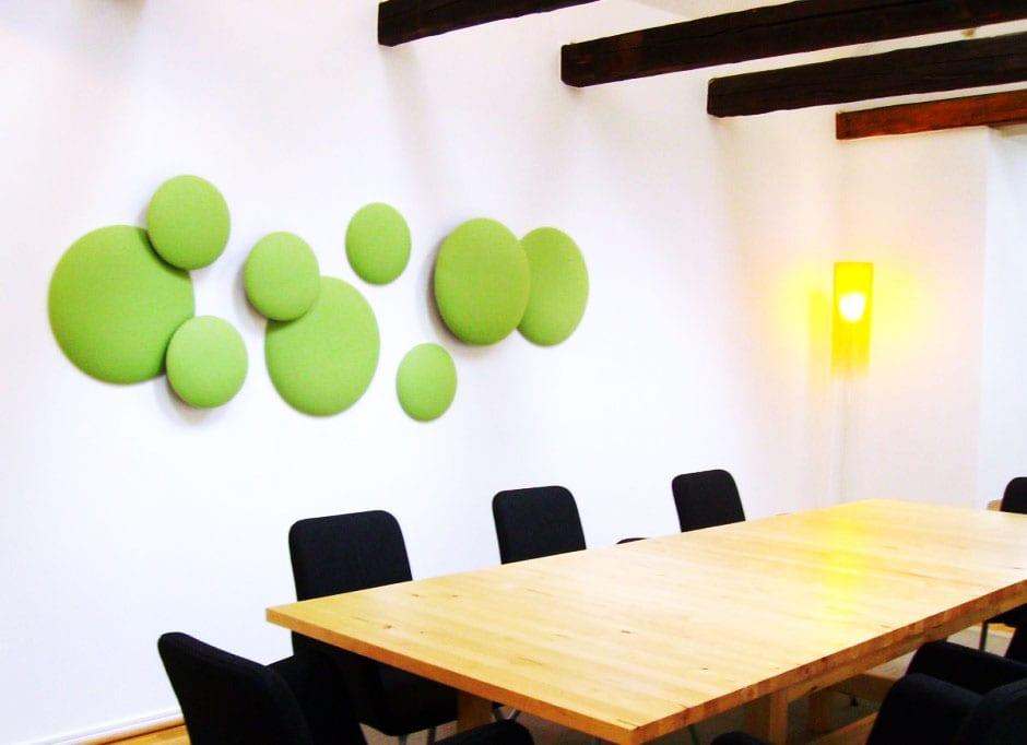 büroräume mit sichtbaren Holzbalken und Wandgestaltung in grün