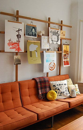 wandgestaltung wohnzimmer mit Holzrahmen und bildern als coole wanddeko zum sofa orange