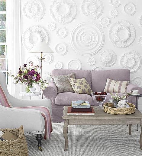 wohnzimmer rustikal in weiß mit wanddeko selber machen_couchtisch holz und polstersofa lila