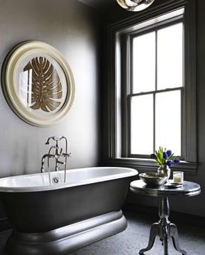 wandgestaltung badezimmer grau mit rundem bilderrahmen
